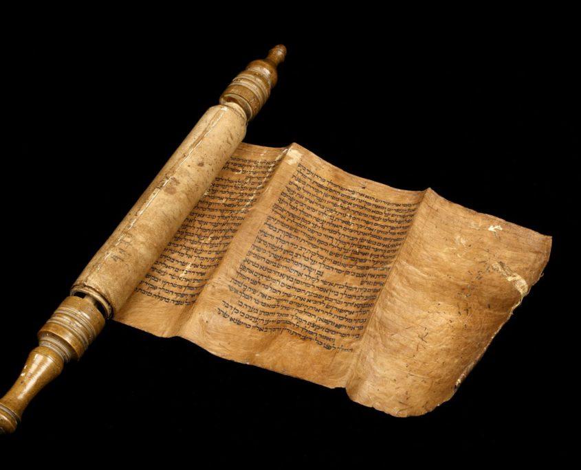 Geöffnete Esterrolle, die den Textanfang zeigt