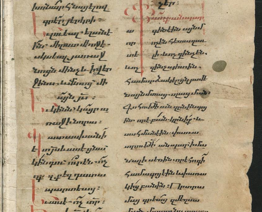 Folio 313r der Handschrift mit zweispaltigem Text in armenischer Schrift