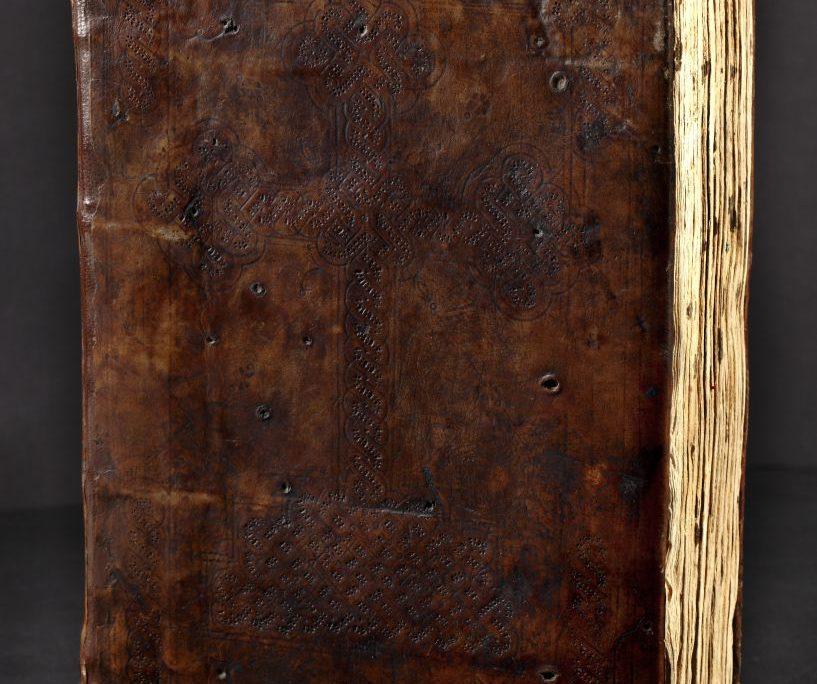 Ledereinband der Handschrift mit eingeprägtem Kreuz auf der Vorderseite