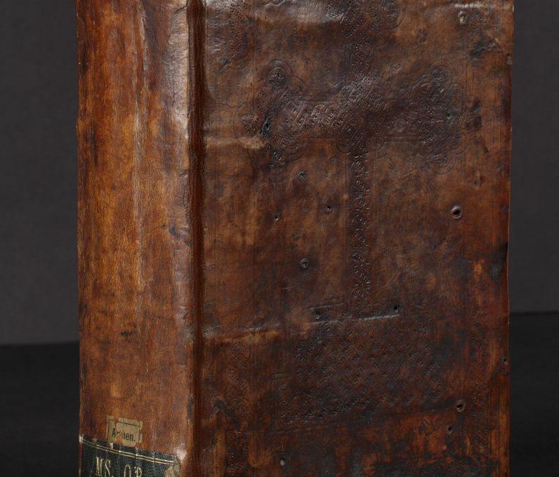 Ledereinband der Handschrift mit Buchrücken und Signaturschild