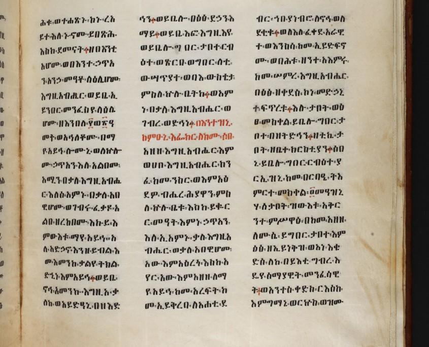 dreispaltiger Text in äthiopischer Schrift