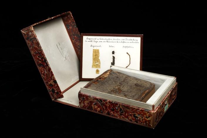 Kodex in Originaleinband, in der Aufbewahrungsbox liegend