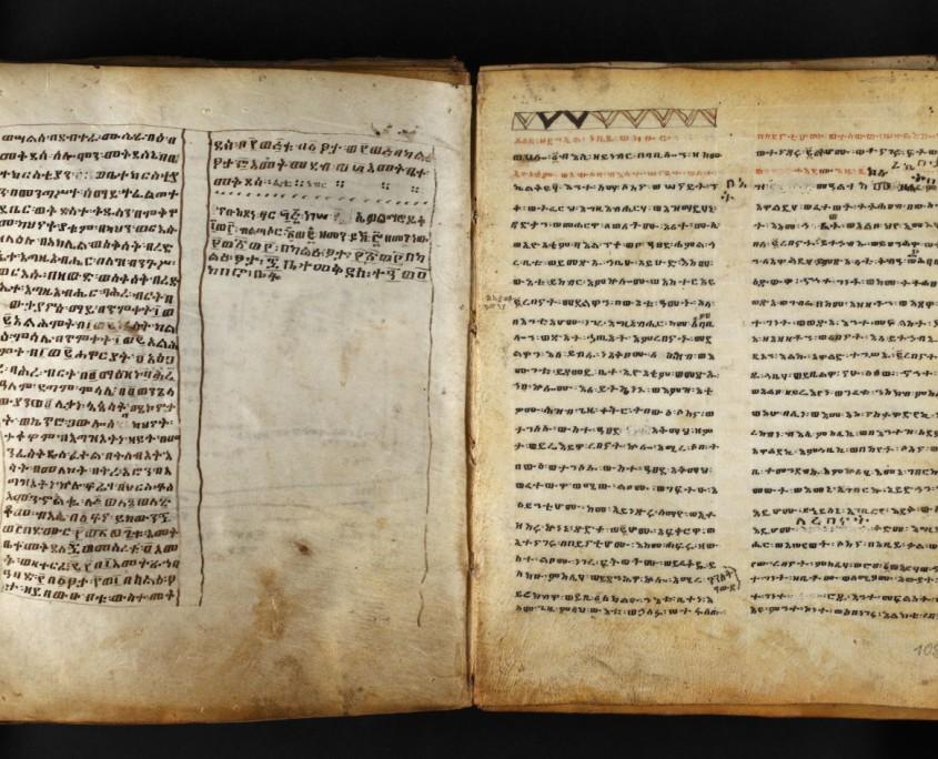 Doppelseite des Bandes, auf beiden Seiten doppelspaltiger Text in äthiopischer Schrift