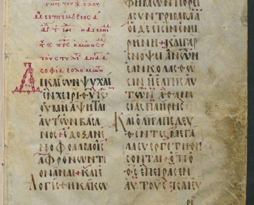 fol. 1r mit zweispaltigem Text in griechischer Schrift; Verzierung, Überschrift und Initiale mit roter Tinte ausgeführt