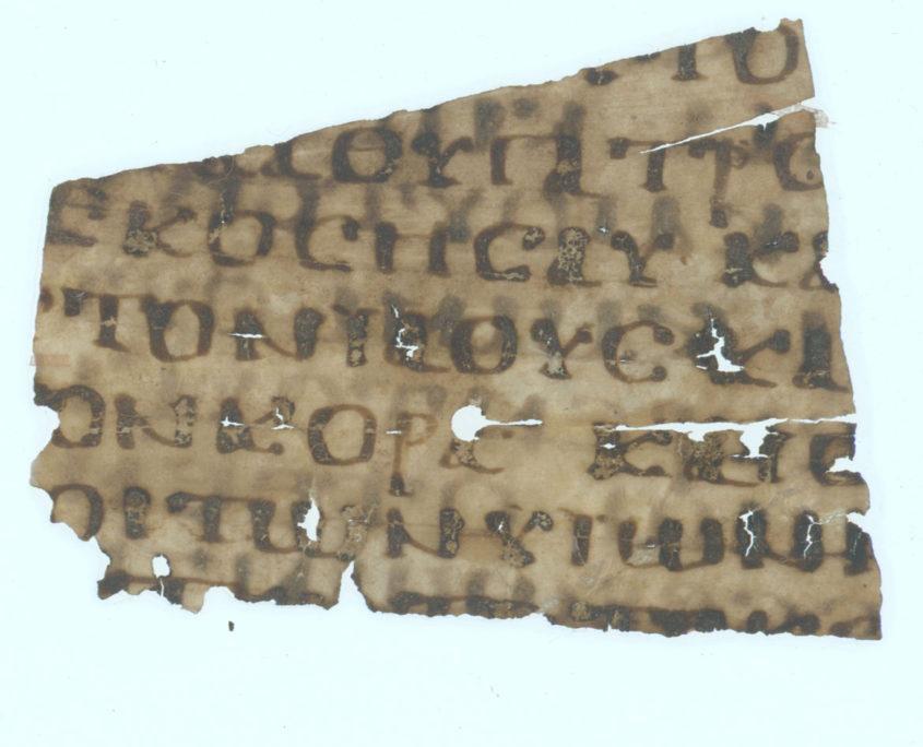 Vorderseite des Papyrusfragments mit sieben Zeilenresten in griechischer Schrift