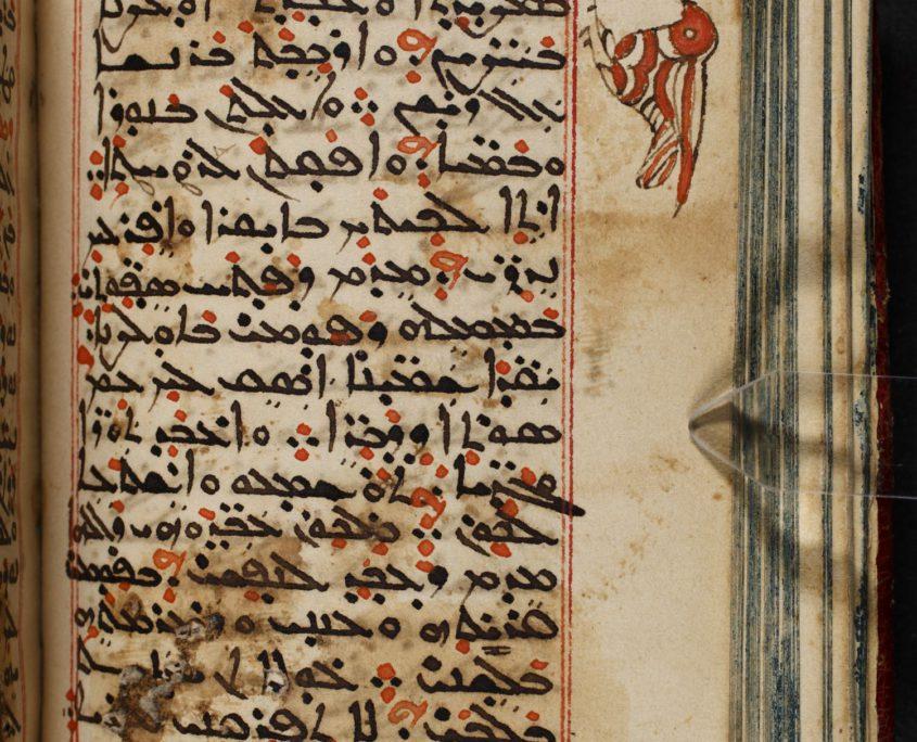 Seite 65 des Kodizes mit syrischem Text sowie einer Randverzierung in Form eines Vogels