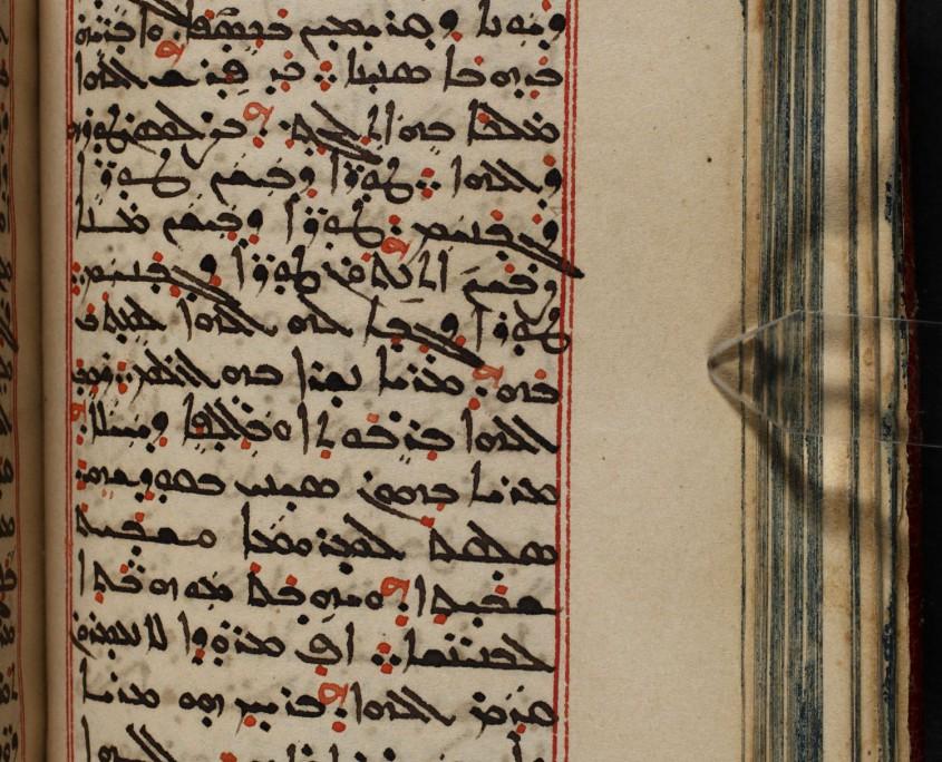 Seite 67 der Handschrift mit Text in syrischer Serto-Schrift, Text in schwarz und rot